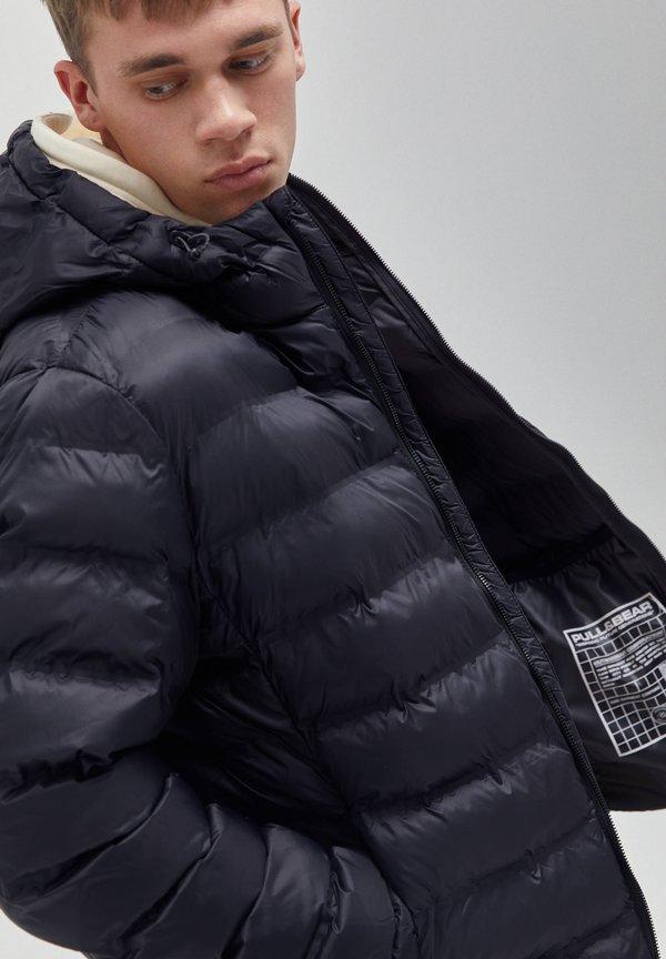 PULL&BEAR MIT KAPUZE UND APPLIKATIONEN - Kurtka zimowa - black/czarny Odzież Męska SVYP