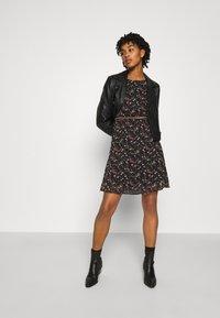 Vero Moda - VMSYLVIA BELT SHORT DRESS - Denní šaty - black/rose flowers - 1
