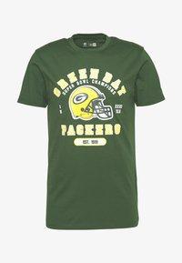 New Era - NFL GREEN BAY PACKERS HELMET AND WORDMARK TEE - Klubové oblečení - green - 3