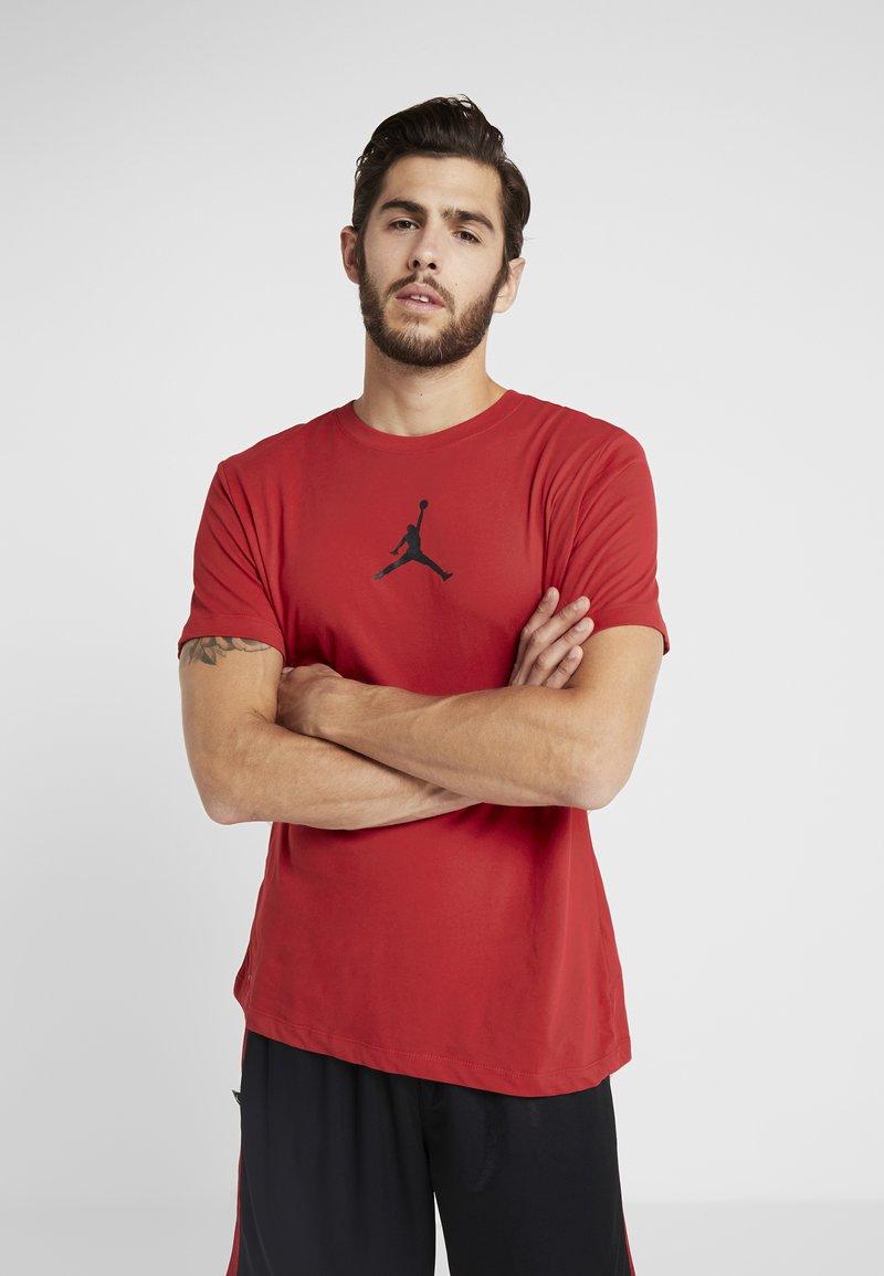Jordan - JUMPMAN CREW - Print T-shirt - gym red/black