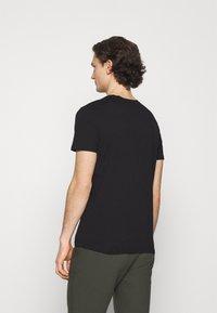 Jack & Jones - JCOSTAR TEE CREW NECK - Camiseta estampada - black - 2
