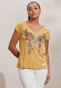 Odd Molly - HENNA - Print T-shirt - golden biscotti - 3