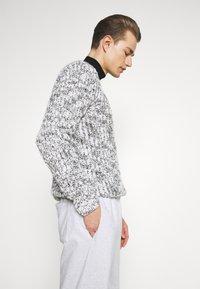 GAP - FRENCH TERRY JOGGER - Teplákové kalhoty - white heather - 3
