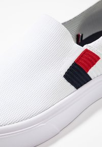 Tommy Hilfiger - LIGHTWEIGHT FLAG SLIP ON - Slip-ons - white - 5