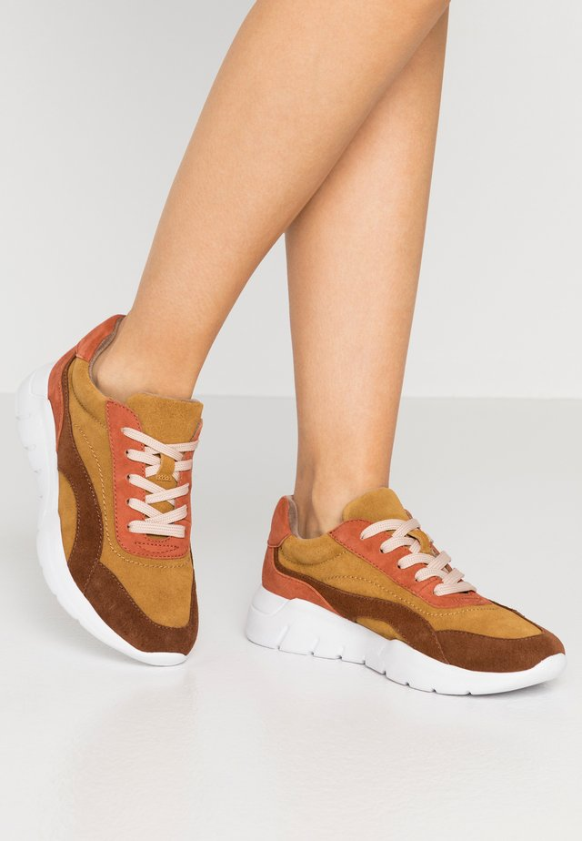 Sneakers laag - safron