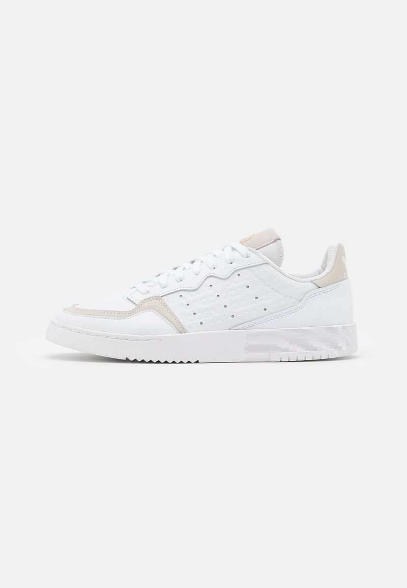 adidas Originals - SUPER COURT SPORTS INSPIRED SHOES UNISEX - Zapatillas - footwear white/gold metallic