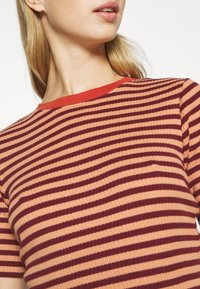 Lee - RIBBED TEE - Print T-shirt - sandy peach - 4