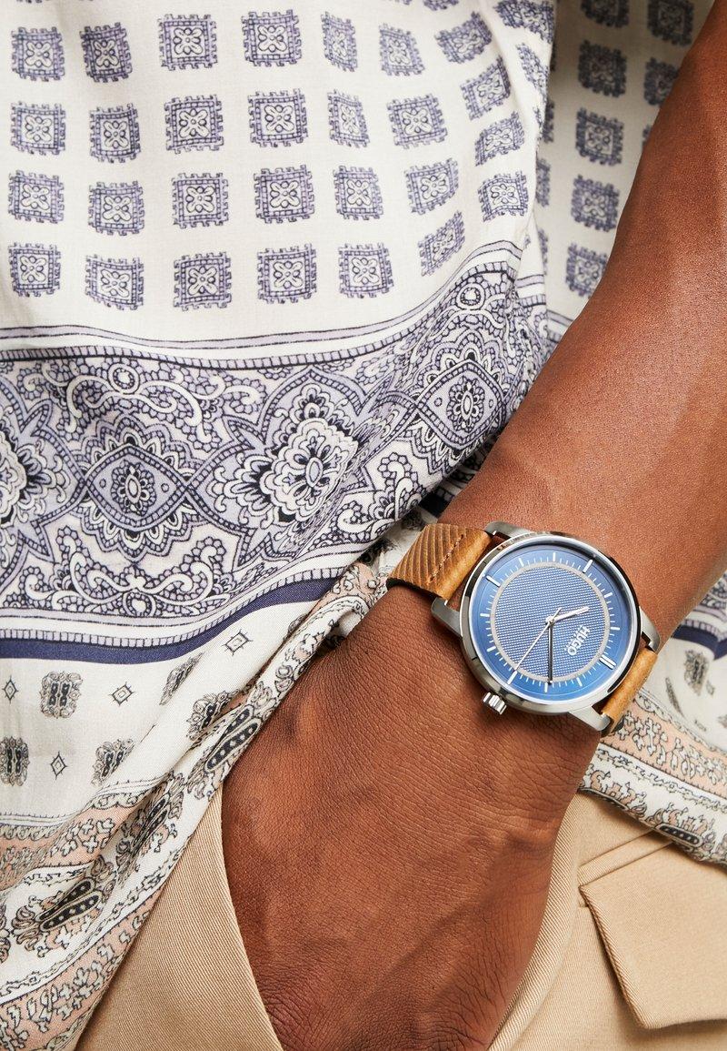 HUGO - REVEAL - Reloj - brown/blue