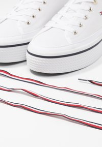 Tommy Hilfiger - CORPORATE FLATFORM SNEAKER - Trainers - white - 7