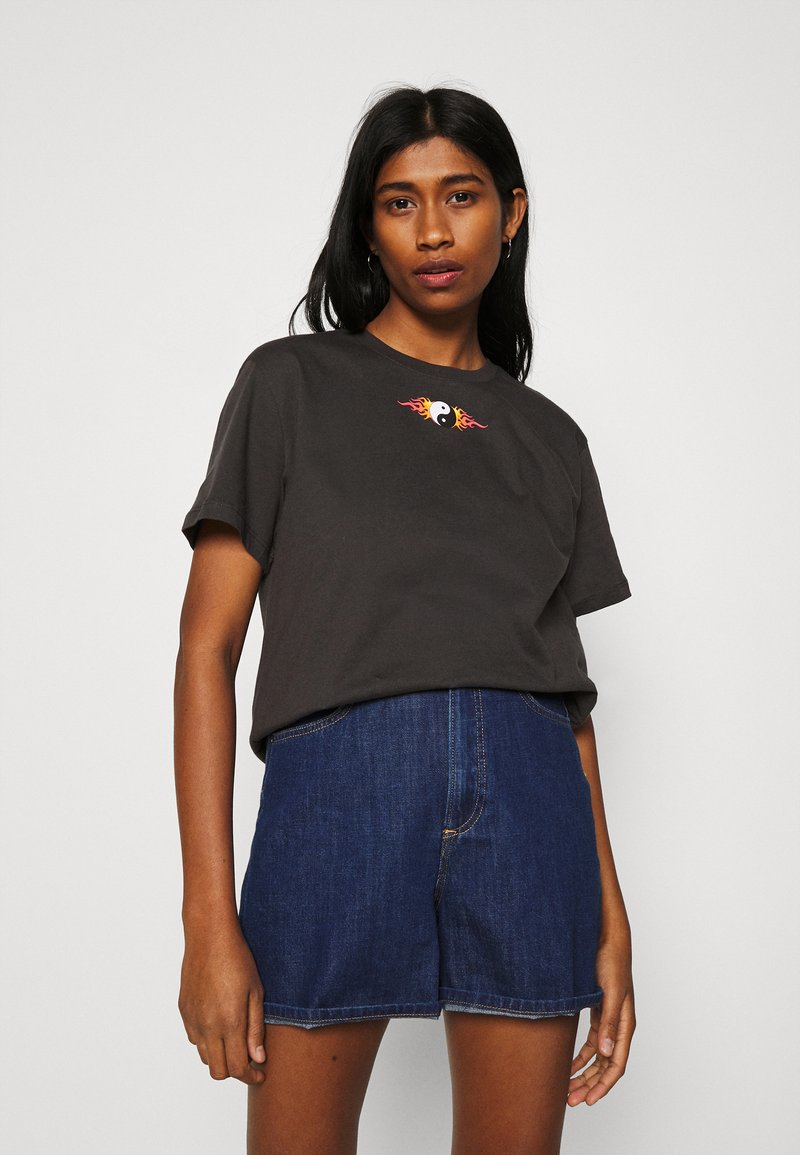 Even&Odd - CLARE YIN YANG FLAMES SMALL PRINT TEE / 801 - ANTHRACITE - Print T-shirt - anthracite