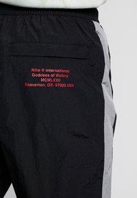 Nike Sportswear - Träningsbyxor - black/particle grey/white - 3