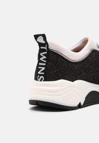 TWINSET - ARTIST HEART - Sneakersy niskie - off white/nero - 6