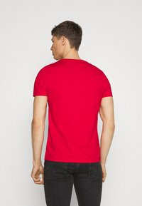 Tommy Hilfiger - SMALL LOGO TEE - Printtipaita - red - 2