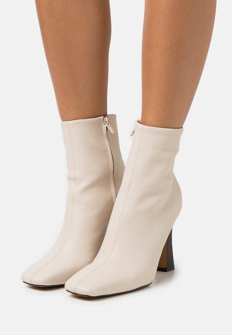 NA-KD - FLARED BOOTS - Kotníkové boty - nude