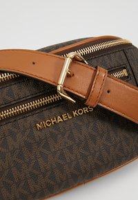 MICHAEL Michael Kors - MOTT WAISTPACK - Bum bag - brown - 6