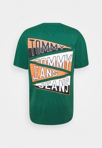 Tommy Jeans - BACK GRAPHIC TEE UNISEX - Print T-shirt - rural green - 7