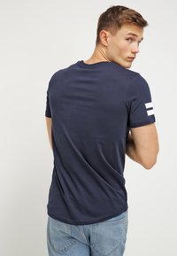 Jack & Jones - JCOBORO CREW NECK SLIM FIT  - Print T-shirt - navy blazer - 2