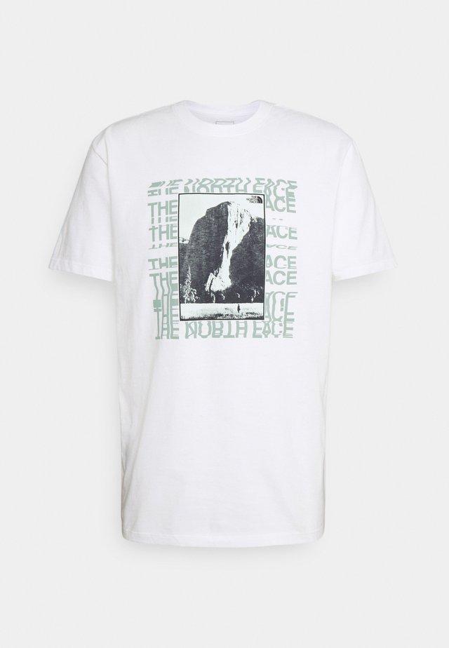 WARPED TYPE GRAPHIC TEE - T-Shirt print - white