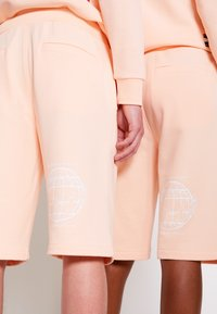 Tommy Hilfiger - ONE PLANET UNISEX - Shorts - delicate peach - 6