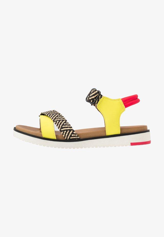 STILTIA - Sandaalit nilkkaremmillä - medium yellow
