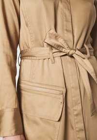Marc O'Polo PURE - DRESS LONG SLEEVES UTILITY DETAILS CARGO POCKET - Skjortekjole - mellow almond - 6