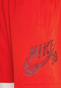 Nike SB - SUNDAY UNISEX - Shorts - chile red/dark beetroot - 7