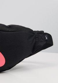 Nike Sportswear - HERITAGE HIP PACK  - Bum bag - black/digital pink - 3