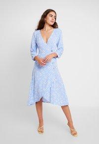 Monki - TORYN DRESS - Skjortekjole - blue dusty light - 0