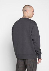 Mennace - ESSENTIAL REGULAR SIGNATURE - Sweatshirt - charcoal - 2
