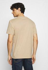 Lacoste - T-shirt med print - argent chine/farine/vert/viennois - 2