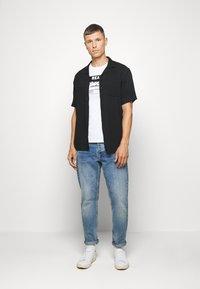 Superdry - HALFTONE EMBOSS TEE - Print T-shirt - optic - 1