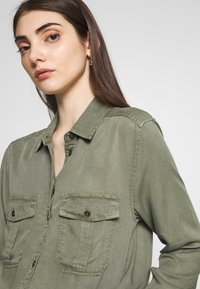 American Eagle - CORE MILITARY - Button-down blouse - oliv - 4