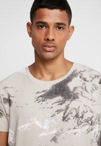 Jack & Jones - JCOMONT TEE CREW NECK - T-shirt med print - feather gray - 3