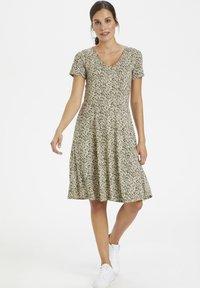 Kaffe - Žerzejové šaty - grape leaf / tapioca flower - 1