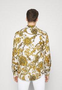 Versace Jeans Couture - PRINT REGALIA BAROQUE - Košile - bianco/gold - 2