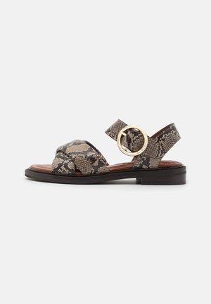 LYNA FLAT - Sandaalit nilkkaremmillä - dark beige