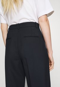 Tommy Hilfiger - ICON TAPERED - Trousers - desert sky - 6