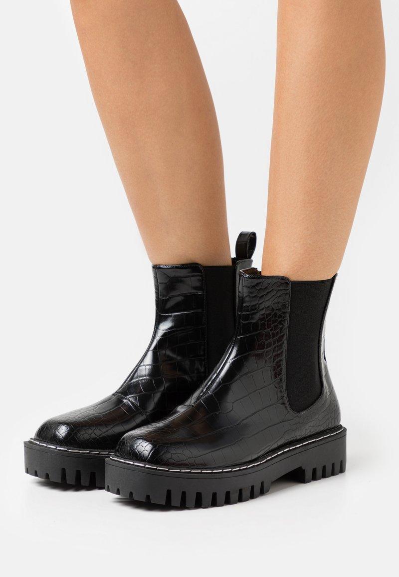 RAID Wide Fit - WIDE FIT ZINNIA - Kotníkové boty na platformě - black