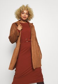 ONLY Carmakoma - CARJOLINE FAUX SUEDE COAT  - Manteau classique - argan oil - 0