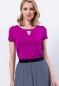zero - MIT RUNDHALSAUSSCHNITT - Print T-shirt - magenta rouge - 0
