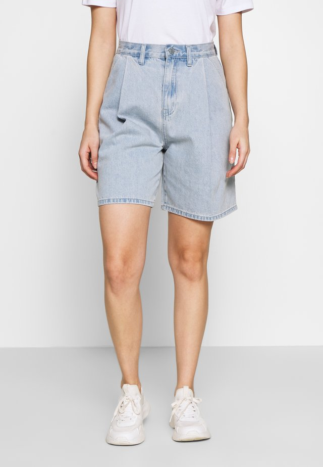 PLEAT FRONT - Farkkushortsit - blue denim