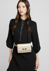 LIU JO - BELT BAG CAMEO - Bæltetasker - gold - 1