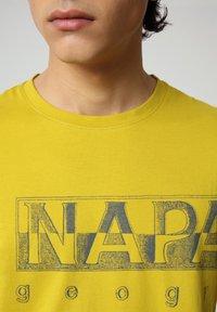 Napapijri - SALLAR LOGO - Print T-shirt - yellow moss - 2