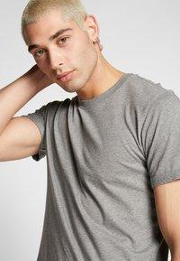 Calvin Klein Jeans - BADGE TURN UP SLEEVE - T-shirt imprimé - mid grey heather - 3