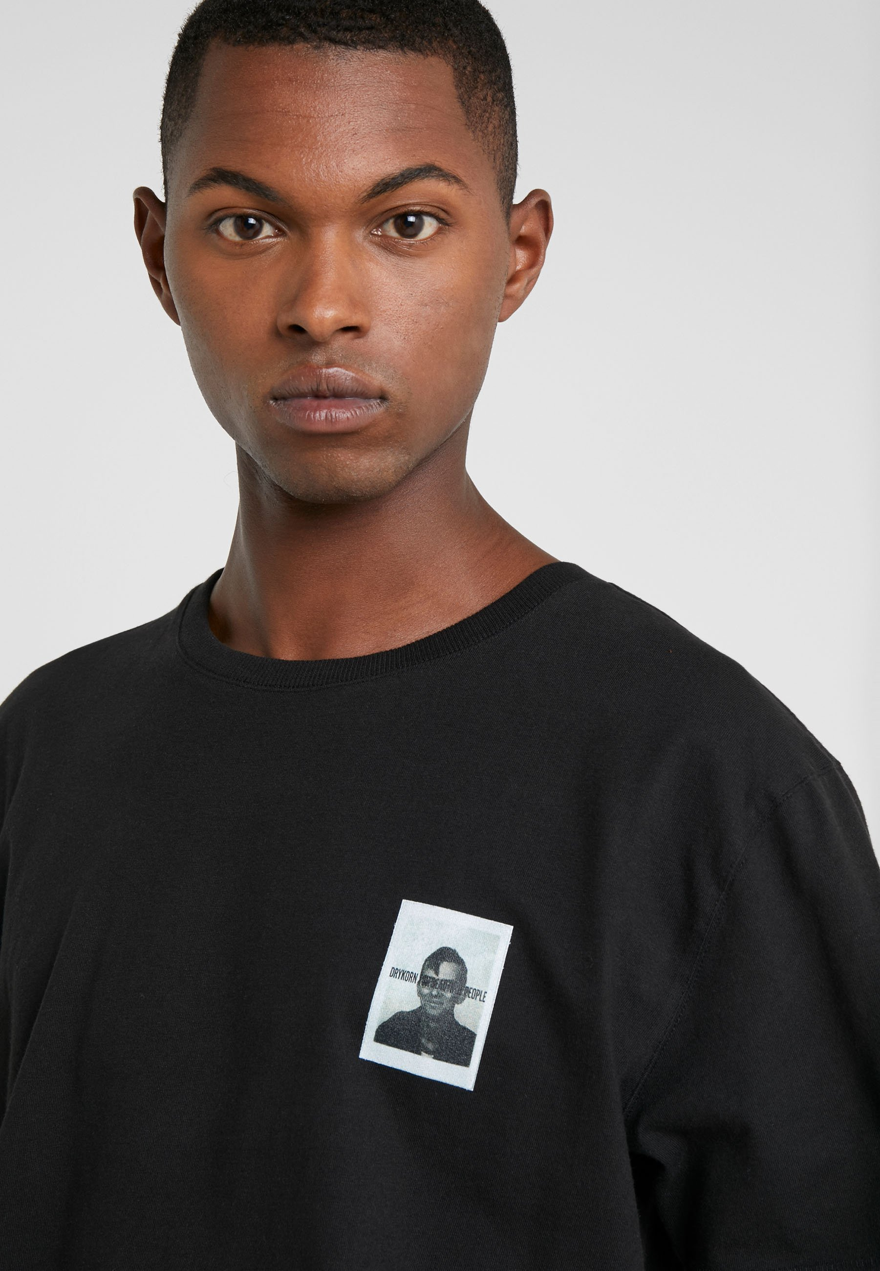 Tania cena Gorąca wyprzedaż DRYKORN SAMUEL BERLIN - T-shirt z nadrukiem - black | Odzież męska 2020 tOvGD