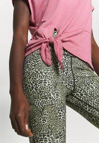 Nike Performance - DRY TIE - Print T-shirt - desert berry/red bronze - 5