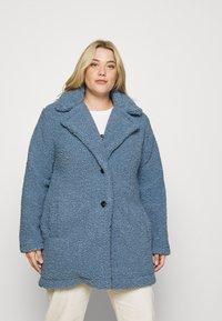 CAPSULE by Simply Be - TEDDY COAT - Classic coat - dusky blue - 0