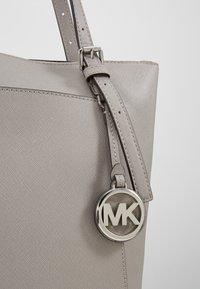 MICHAEL Michael Kors - VOYAGER TOTE - Handbag - pearl grey - 6