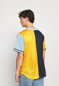 Karl Kani - COLLEGE BLOCK PINSTRIPE BASEBALL  - Print T-shirt - yellow - 2