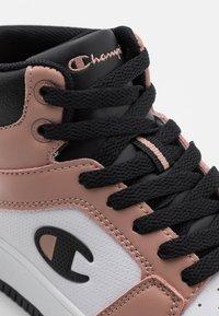 Champion - MID CUT SHOE REBOUND 2.0  - Obuwie do koszykówki - pink/white/black - 5